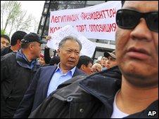 Kurmanbek Bakiyev surrounded by body guards in in Osh (15 April 2010)