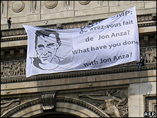 Pro-Eta banner unfurled on Arc de Triomphe, 16 Apr 10