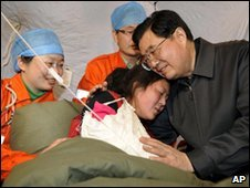 Hu Jintao comforts a survivor in Qinghai province