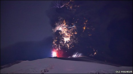 Picture of Iceland volcano eruption by Oli Haukur: 19 April 2010