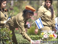 Israeli soldiers commemorate Memorial Day