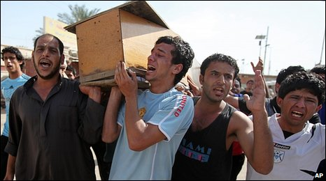 Relatives carry coffin of Baghdad bomb victim