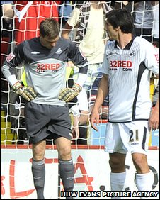 Dorus de Vries and Fede Bessone look down after conceding the first goal
