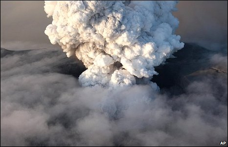 A plume of ash 8.5km (5.3 miles) high erupting from Iceland's Eyjafjallajoekull volcano [17 April 2010]