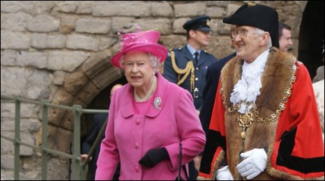 The Queen arrives in Caernarfon castle