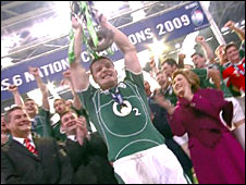 Brian O'Driscoll holding trophy