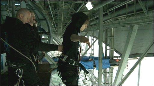 Justin Bieber bungee jumps