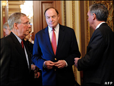 US Senate Minority Leader Mitch McConnell (L) talks with Senator Richard Shelby (C) and Senator Jud Gregg (R) (28 April 2010)
