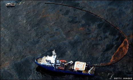 A ship attempts to collect oil on the surface of the Gulf of Mexico (28 April 2010)