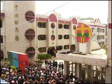 Crowd outside kindergarten in Taixing, 29/04/10