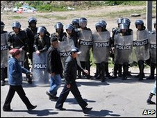 Riot police in Nizhnaya Alaarcha, Kyrgyzstan (20 April 2010)