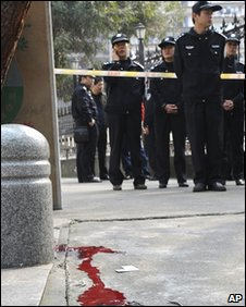 Police outside a school in Nanping, Fujian (23 March 2010)