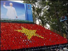 People recreate a Vietnamese flag in Ho Chi Minh City (30 April 2010)