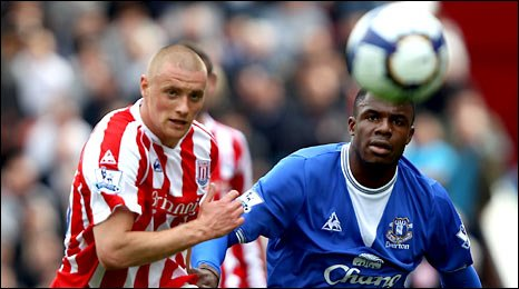 Andy Wilkinson (left) challenges Everton's Victor Anichebe