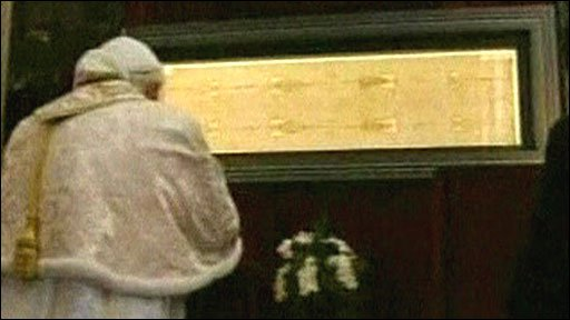 Pope Benedict prays before the Turin shroud