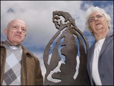 Richard Burton's brother, Graham Jenkins with his wife Hilary Jenkins, alongside the sculpture of the actor Photo:Chandra Prasad/Sustrans