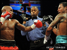 Action from Mayweather v Mosley