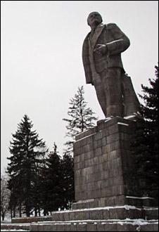 Lenin statue (BBC)