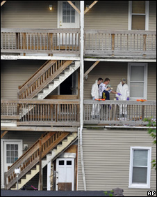 Police search the home of Faisal Shahzad in Bridgeport, Connecticut (4 May 2010)