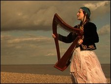 Picture of Cevanne with harp on the beach at Thorpeness