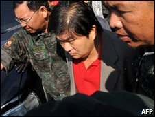 Zaldy Ampatuan (C) with security forces (5 Dec 2009)