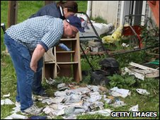 Investigators in Shelton look over mail and personal effects at former home of Faisal Shahzad on 4 May 2010