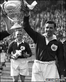 Gus Risman holds Rugby League's Challenge Cup aloft, 7 May 1938