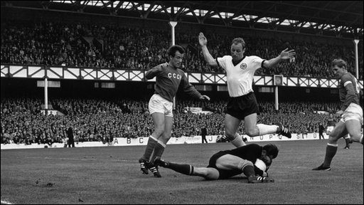 Uwe Seeler takes evasive action