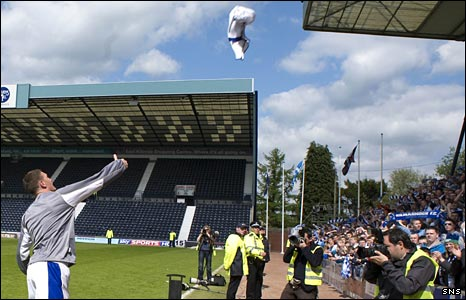 Kevin Kyle throws his jersey into the crowd on Saturday