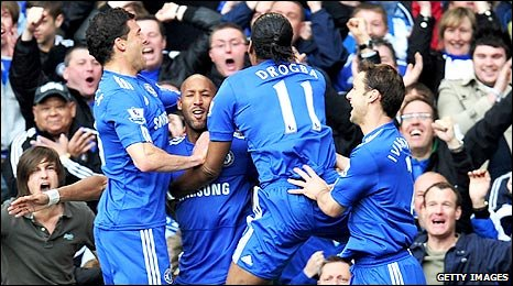 Chelsea players rush to congratulate Nicolas Anelka after Chelsea's opening goal