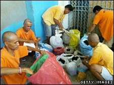 risoners at the national penitentiary in Manila bag up their hair in 2006