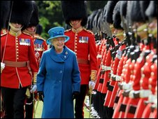 Queen inspects Grenadier Guards