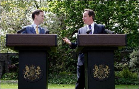 Nick Clegg a David Cameron yng ngardd Downing Street