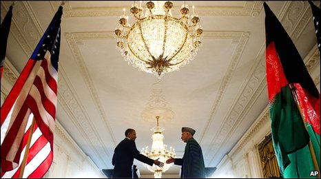 US President Barak Obama shakes hands with Afghanistan President Hamid Karzai at the White House in Washington (12 May 2010)
