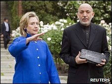 Hillary Clinton (L) and Hamid Karzai in a Washington garden - 13 May 2010