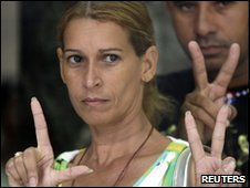 Dania Garcia flashes a victory sign as she arrives at court in Havana, 14 May 2010.