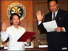 Philippines President Gloria Arroyo swears in Renato Corona in Manila (17 May 2010)