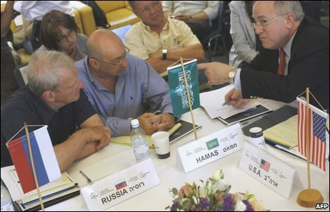 Israeli experts representing Hamas and Russia (l) talk to Former US ambassador to Israel Dan Kurtzer (r)