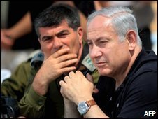 Israeli chief of staff Gabi Ashkenazi (l) and Prime Minister Benjamin Netanyahu (r)