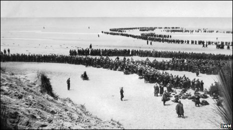 Soldiers on the Dunkirk beaches (IWM)
