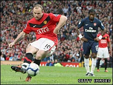 Wayne Rooney scores a penalty for Manchester United against Arsenal