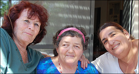Bruria Sharon (l), Amalia Dayan (c), Smadar Ben-Porat (r), former members of Four Women