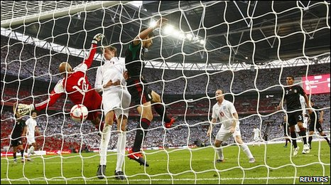 Peter Crouch scores for England against Mexico
