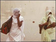 Women walking in the heat in India