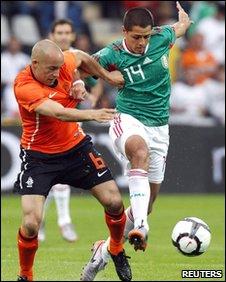 Demy De Zeeuw (l) and Javier Hernandez