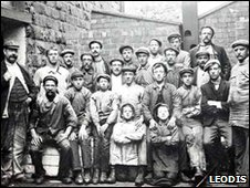 Mill workers c1900 (pic: Leodis)