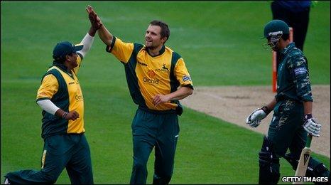 Dirk Nannes celebrates wicket of Vikram Solanki