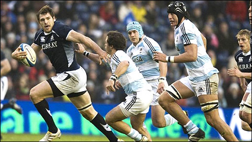Sean Lamont bursts through the Argentine defence