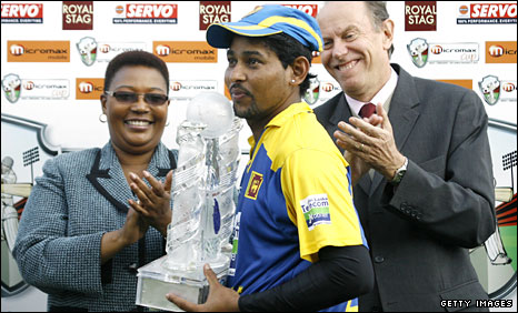 Sri Lanka captain Tillakaratne Dilshan lifts the tri-series trophy