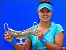 Li Na with the Maude Watson Trophy
